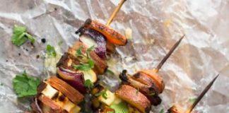 Κεμπάπ λαχανικών με χαλούμι και ταχίνι