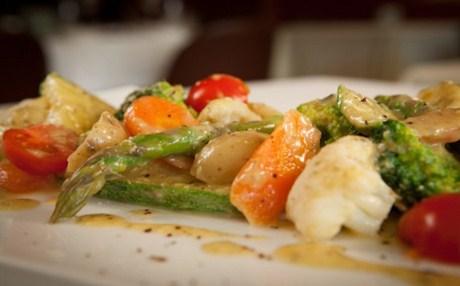 Βραστά λαχανικά με βινεγκρέτ κάπαρης και παρμεζάνας