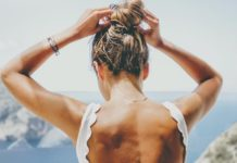 Δεν μπορείς να βλέπεις τα παχάκια στην πλάτη σου; Ιδού πώς θα τα εξαφανίσεις